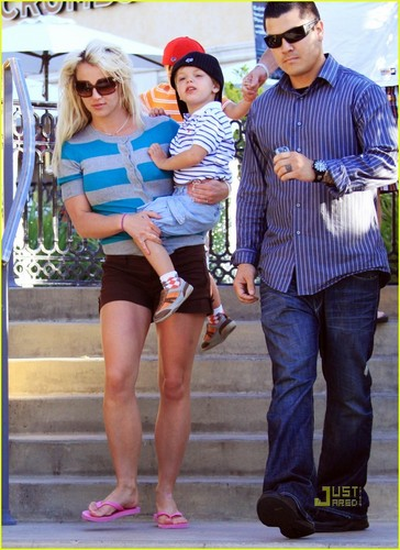Britney Spears: Johnny Rockets Family Fun (4/6/2010)