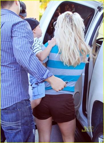 Britney Spears: Johnny Rockets Family Fun (4/6/2010)