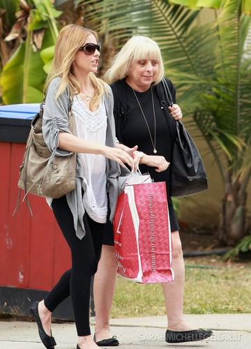 JUNE 4TH - Sarah and mom Rosellen ভান্দার in Santa Monica