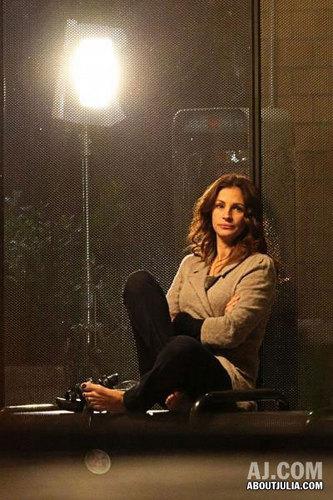 """Julia shooting """"Larry Crowne"""" in Glendale, CA"""