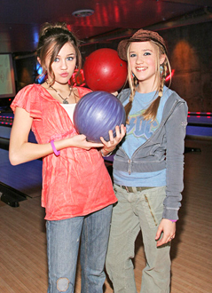 Miley  amp  Emily - miley-cyrus-and-emily-osment PhotoEmily Osment And Miley Cyrus