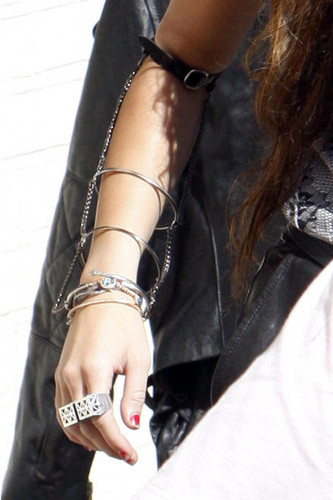 Miley Leaves London's air mancur Studios (3/6/2010)