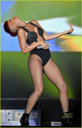 Rihanna's Red Hair -- HOT অথবা NOT?