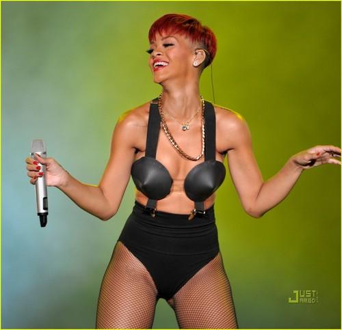 Rihanna's Red Hair -- HOT hoặc NOT?