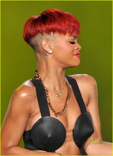Rihanna's Red Hair -- HOT ou NOT?