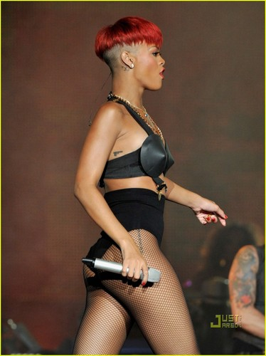 Rihanna's Red Hair -- HOT o NOT?