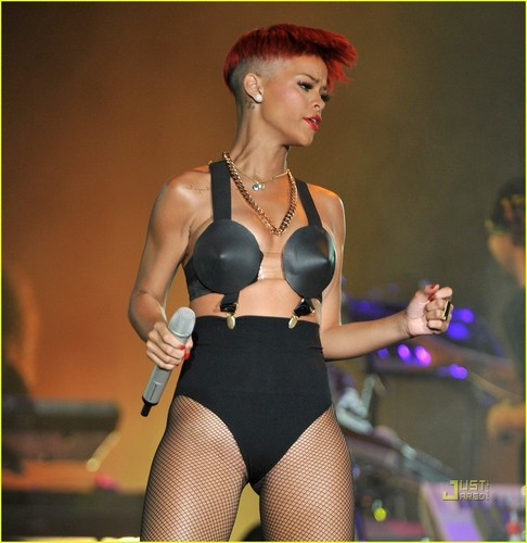 Rihanna's Red Hair -- HOT または NOT?