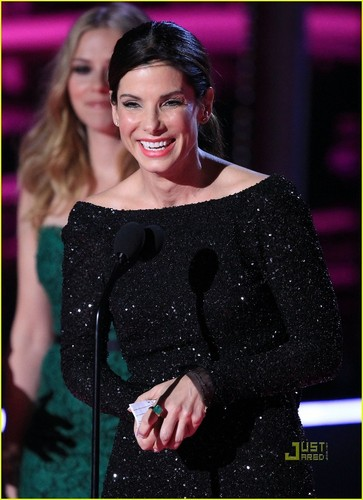 Sandra Bullock Kisses Scarlett Johansson During MTV Movie Awards