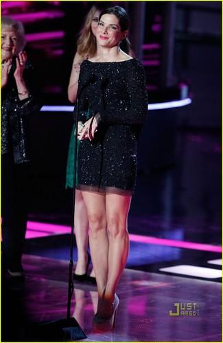 Sandra Bullock Kisses Scarlett Johansson During 音乐电视 Movie Awards