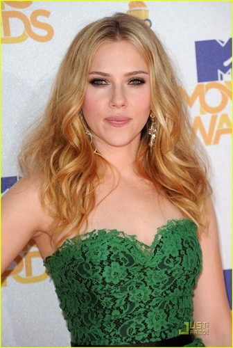 Scarlett Johansson - एमटीवी Movie Awards 2010 Red Carpet!