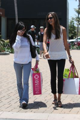 Shannen shopping with friend in Malibu