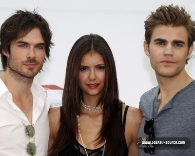 http://images2.fanpop.com/image/photos/12800000/Ian-at-50th-Monte-Carlo-TV-Festival-Day-2-June-08-damon-salvatore-12846375-400-320.jpg