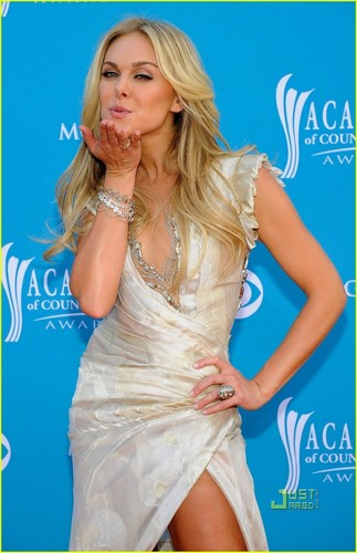 Laura sino Bundy - ACM Awards 2010 Red Carpet