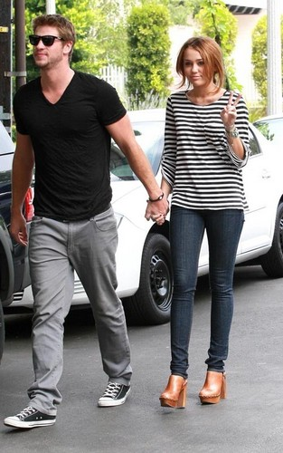 Miley Cyrus and Liam Hemsworth: Toluca Lake प्रेमी