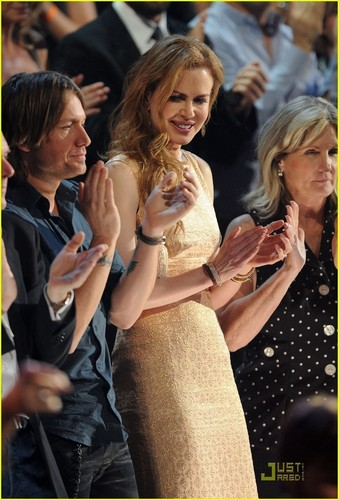 Nicole Kidman: Gorgeous In सोना At CMT Awards