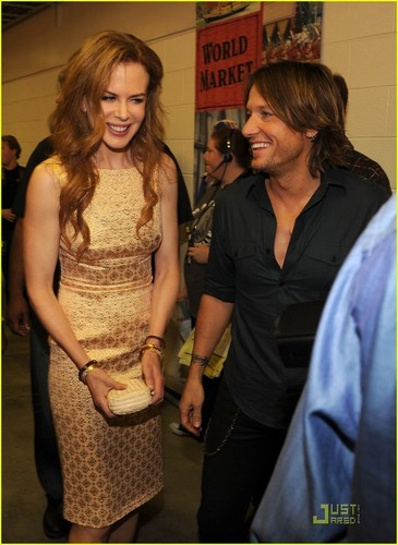 Nicole Kidman: Gorgeous In emas At CMT Awards