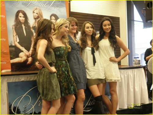 Pretty Little Liars are Grove Gorgeous