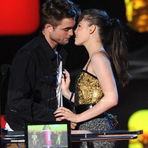 Robert Pattinson and Kristen Stewart at the 2010 MTV Movie Awards (June 6)