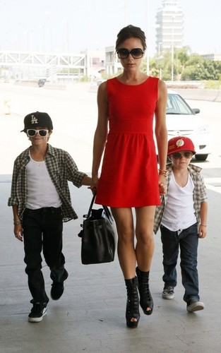 Victoria Beckham wallpaper entitled Victoria Beckham with her sons at LAX Airport (June 5)