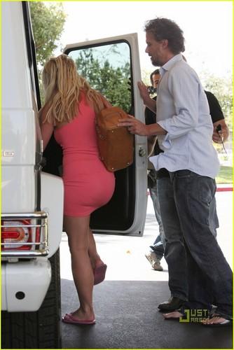 Britney Spears karatasi la kupamba ukuta called Britney Spears & Jason Trawick: Holding Hands!