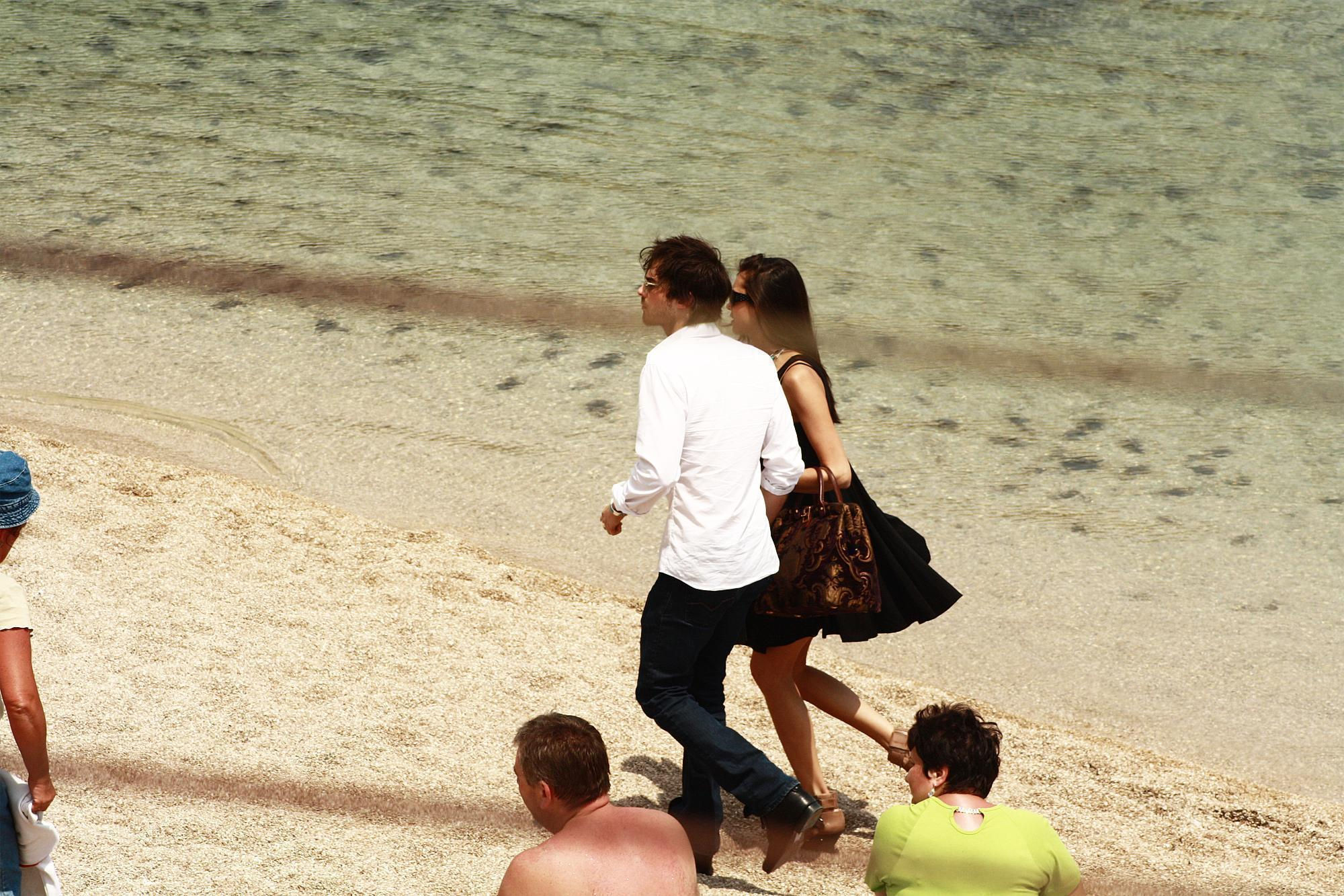 Ian/Nina walking on the beach - ian-somerhalder-and-nina-dobrev photo