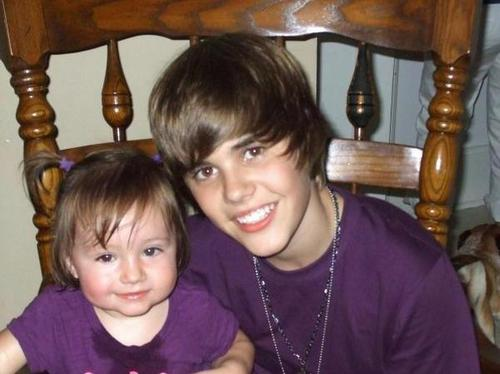 Justin Bieber karatasi la kupamba ukuta titled Justin Bieber with his little sister