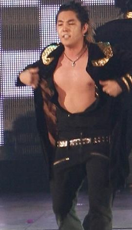 Kang In প্রদর্শিত হচ্ছে his body