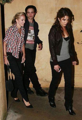 Lizzyen sortie avec son frére Robert et Nikki reed(Rosalie)