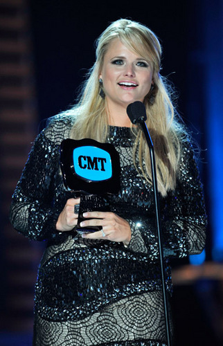 Miranda Lambert wins Female video of the tahun at 2010 CMT awards