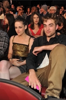 New Pictures Of Robert Pattinson & Kristen Stewart At The MTV Movie Awards!