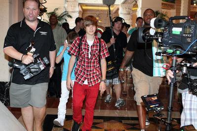 Candids > 2010 > June 12th - Justin Spends His دن In Atlantis