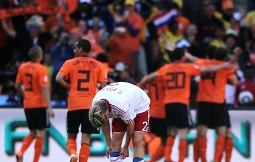 Christian Poulsen (Denmark) lost his hope with Netherlands segundo goal