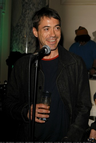 Robert Downey Jr. achtergrond entitled Flaunt Magazine's 4th Anniversary - Party 9th December 2002