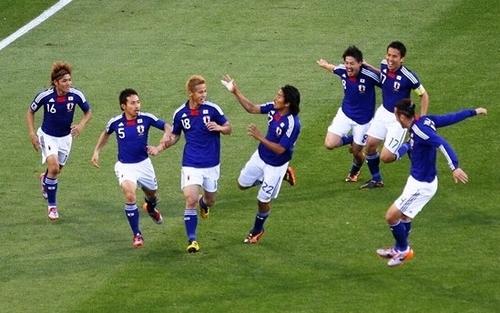 Japão celebrates Keisuke Honda's goal