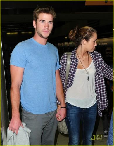 miley cyrus wallpaper called Miley Cyrus & Liam Hemsworth: LAX pasangan