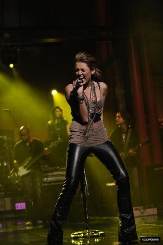 Miley Performs on David Letterman دکھائیں