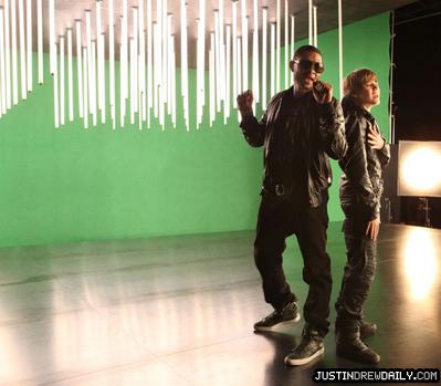 音乐 视频 > My World Part II (2010) > Somebody to 爱情 > Video Shoot