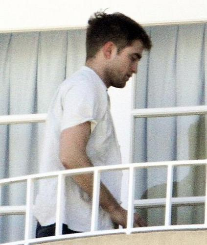 New Pictures of Rob Yesterday at the Four Seasons