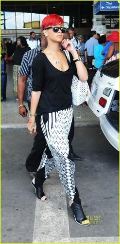 리한나 at Barbados airport (16/06/2010)