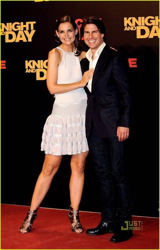 Tom Cruise Hintergrund entitled Tom Cruise: 'Knight and Day' Premiere with Katie Holmes!