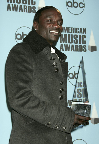 Akon karatasi la kupamba ukuta titled * GENTLEMAN Akon *