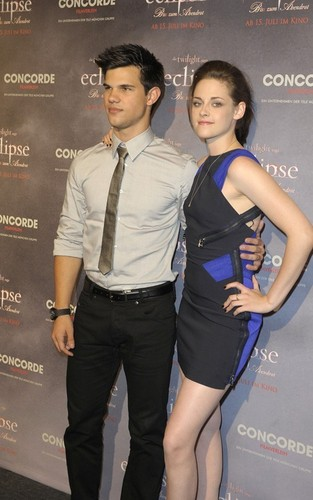 Kristen&Taylor @ Eclipse photocall - Berlin - June 18, 2010