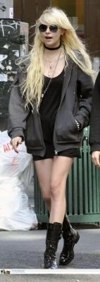 taylor momsen fondo de pantalla entitled June 18: Shopping with a friend in Soho
