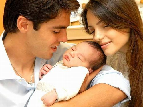 Kaká with his wife and son! <3 so cuteee!!