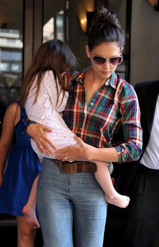 Katie Holmes cuddles her cutie - suri-cruise Photo