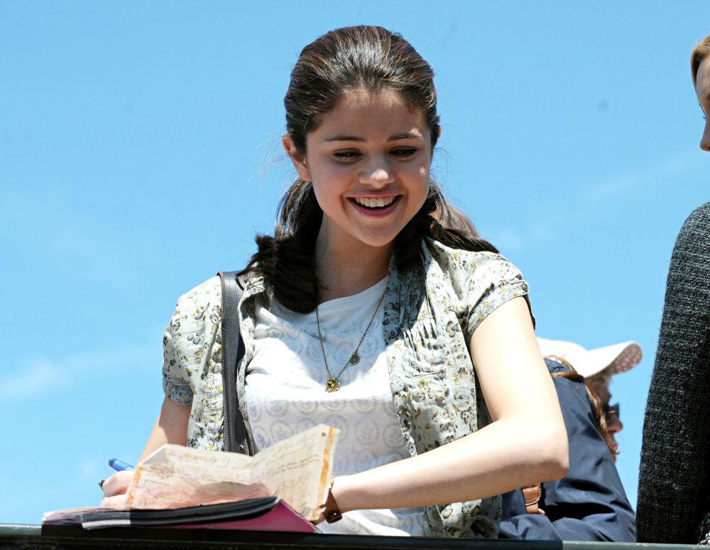 selena gomez cute pics. Selena Cute!