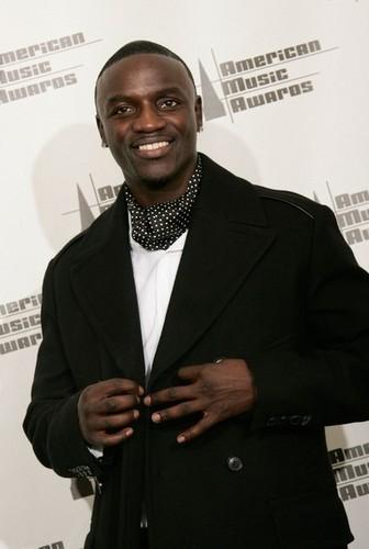 * GENTLEMAN Akon *