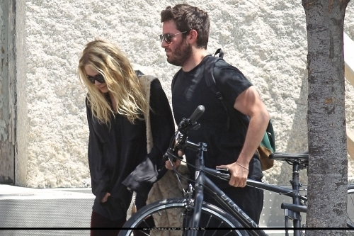 04/06 - Mary-Kate leaving her apartment with a friend