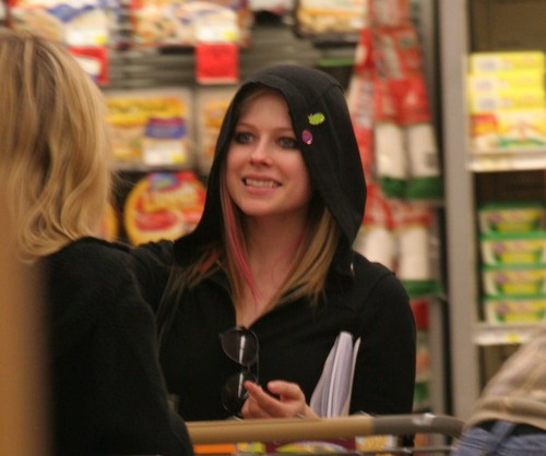 Avril Lavigne Shopping At Sherman Oaks Supermarket!