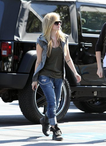 Avril Lavigne Shopping in Ron herman West Hollywood!